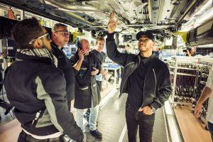 ドイツ・ジンデルフィンゲンの工場を訪問したルイス・ハミルトン
