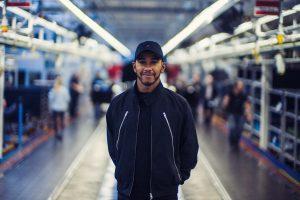 ドイツ・ジンデルフィンゲンの工場を訪問したルイス・ハミルトン。この冬はゲーム・オブ・スローンズを楽しみたいようだ