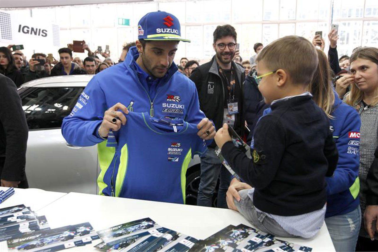 MotoGP:イアンノーネがスズキGSX-RRカラーの四輪、スイフトをドライブ