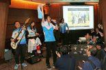 会場ではチームカガヤマを応援するバンド、1-E(イチノイー)のライブも行われた