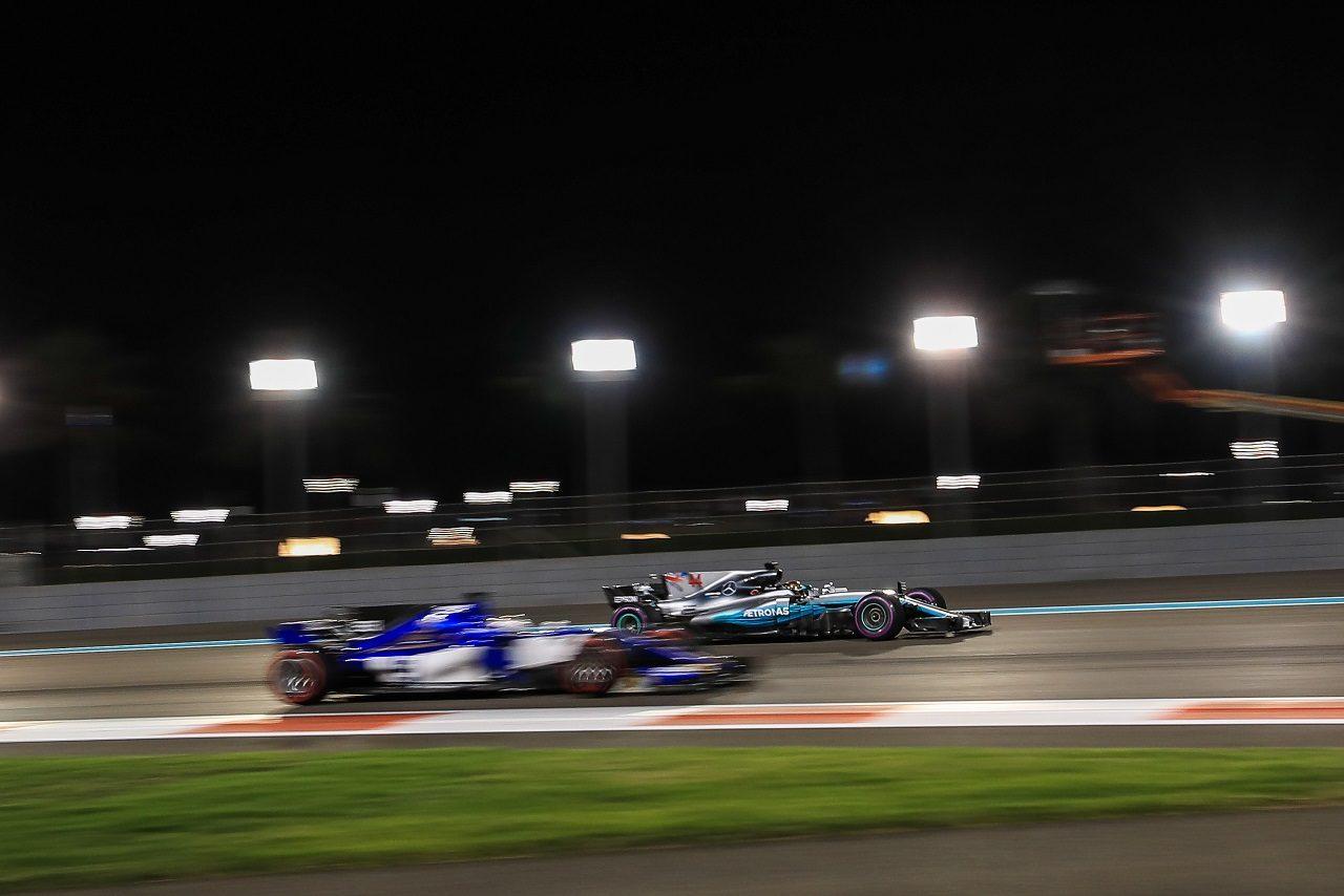 2017年F1アブダビGP ルイス・ハミルトン(メルセデス)とマーカス・エリクソン(ザウバー)