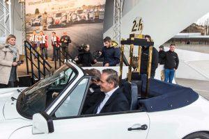 ポルシェに乗せられポルシェ・ミュージアム入りしたル・マンの優勝トロフィー