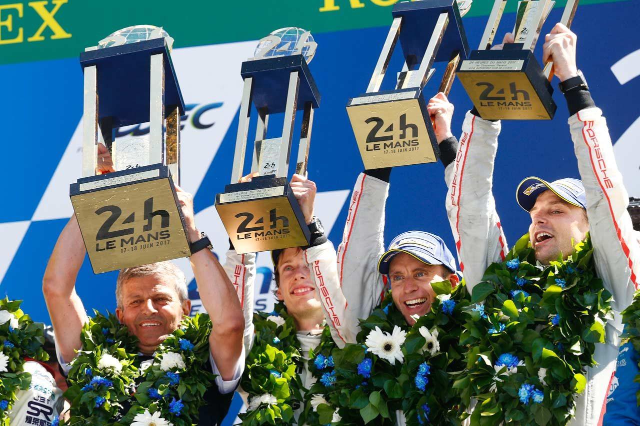 WEC:ル・マン3連覇を称え巨大優勝トロフィーがポルシェ・ミュージアムへ