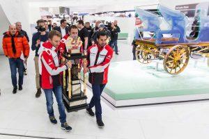 重さ50kgにもなるトロフィーは優勝ドライバーの手で展示スペースに移動された。