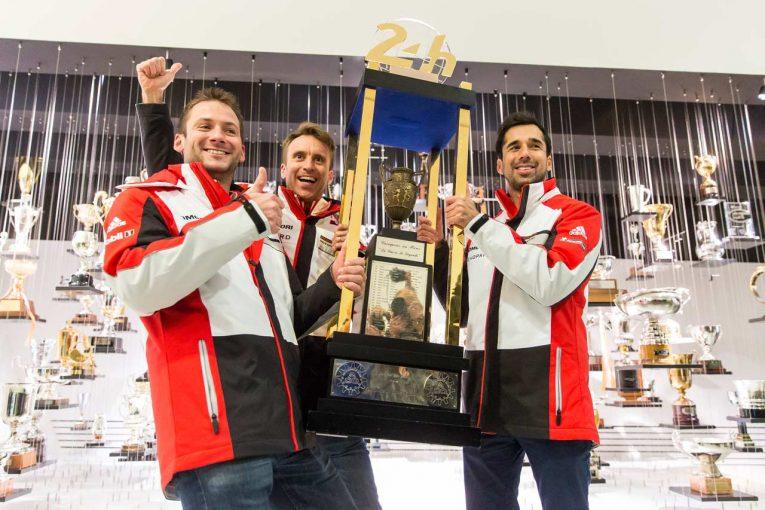巨大な優勝トロフィーを掲げるニック・タンディ(左:2015年優勝)、ティモ・ベルンハルト(中央:2016年)、ニール・ジャニ(右:2017年)