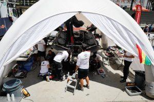 休息地のラ・パスでメンテナンスを受けるプジョー3008DKR Maxi