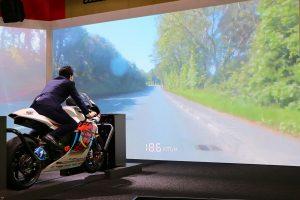 こちらはTEAM MUGENの神電 四ライディング体験。映像に合わせてバイクをバンクさせられる