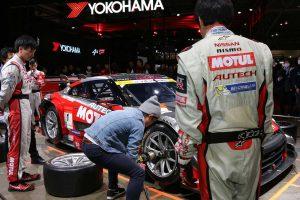 レース好きにはたまらない、ピット作業を間近で見られ、体験もできる