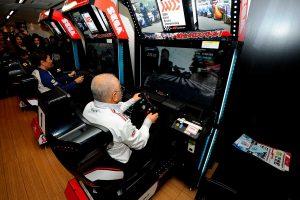 『SEGA World Drivers Championship feat.SUPER GT』をプレイする坂東代表、金石監督、片山監督