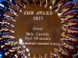 史上最年少でスーパーGT500クラスチャンピオンを獲得した平川亮とニック・キャシディに表彰盾が贈られた