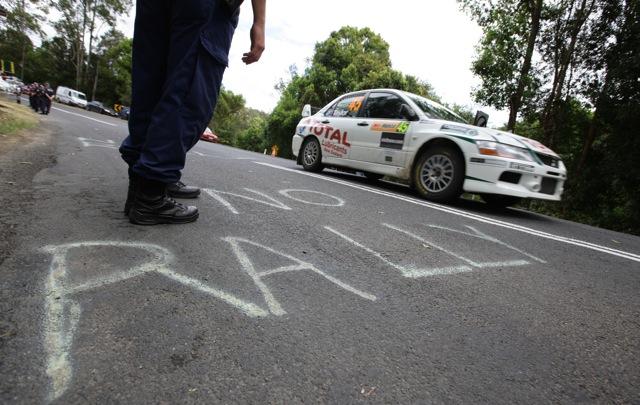 NO RALLY! にローブも困惑、新井敏弘車は被害〜WRCオーストラリア(1)