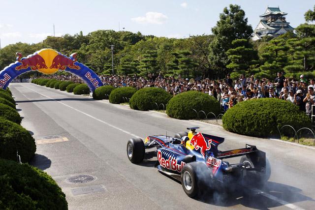 クルサード&レッドブルが大阪城公園でF1走行を披露(1)