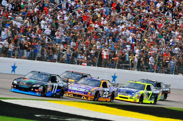 """【トヨタモータースポーツニュース】NASCAR SPRINT CUP SERIES テキサス カイル・ブッシュ、""""トリプル・ウィン""""ならず ハムリンが2位フィニッシュ(1)"""