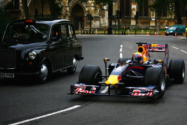 レッドブル、ロンドンの国会議事堂前でピットストップ練習(4)
