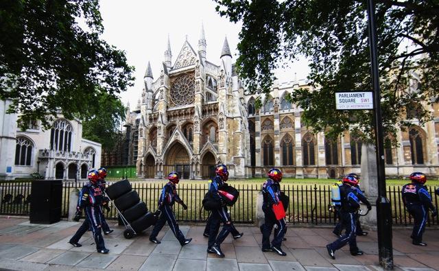 レッドブル、ロンドンの国会議事堂前でピットストップ練習(5)