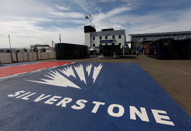 イギリスGP最初のトップはベッテル。HRTの左近も走行(1)
