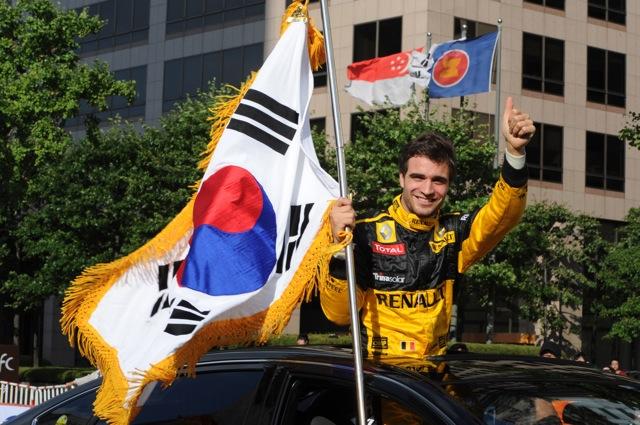 韓国のソウルで、ルノーF1によるデモランが行われる(1)