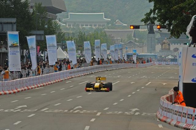 韓国のソウルで、ルノーF1によるデモランが行われる(3)