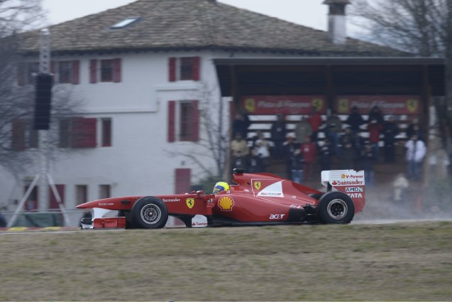フェラーリ、マッサがティフォシの前で新車をドライブ(5)