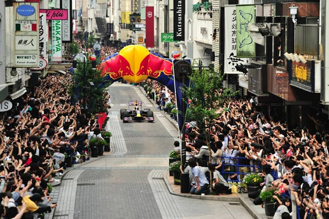 【動画】レッドブル日本初F1公道走行、横浜&幕張(1)