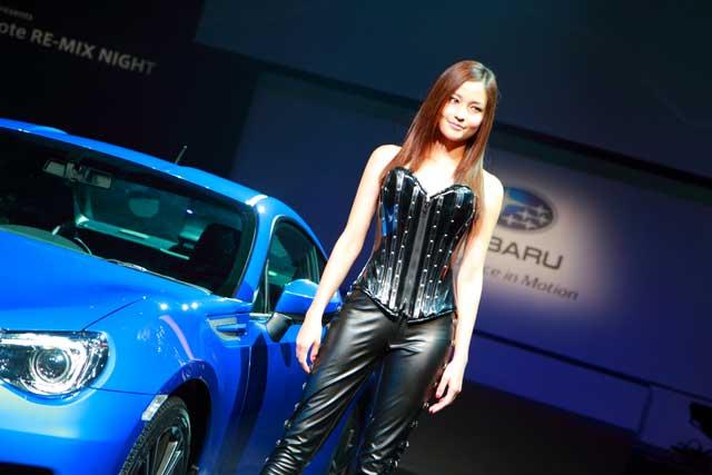 可夢偉と渦中の黒木メイサ、スバル新車発表に登場(1)