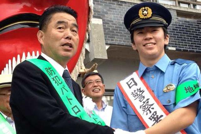 笹原右京が一日署長に、制服姿でパレードに参加(1)