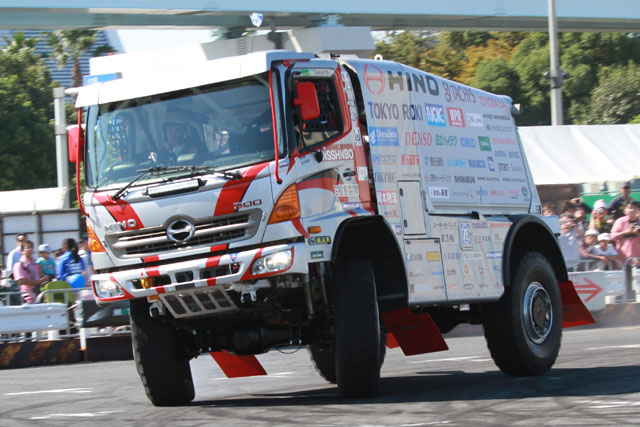 MSJ2013開幕。ダカールラリー車両も迫力の走行