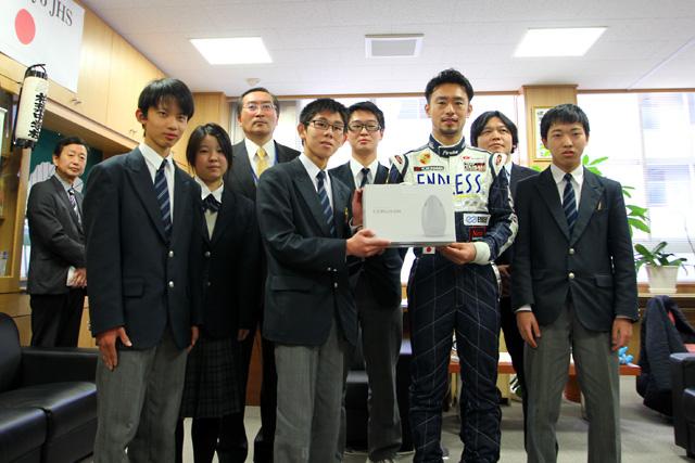 横溝が台東区の学校を訪問。難聴学級にプレゼント(1)