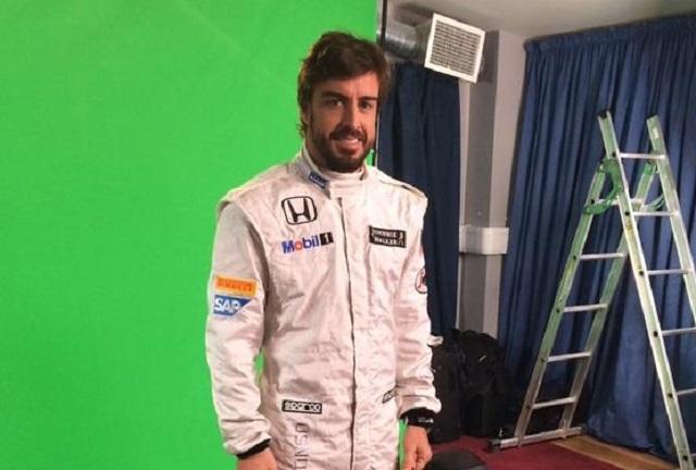 アロンソ、マクラーレンのスーツ姿を披露(1)