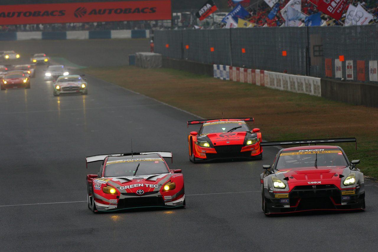 GT300は盤石の速さをみせたプリウスが開幕勝利!