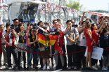 F1 | 【動画】マッサ&ニコ、入り待ちのファンを撮影