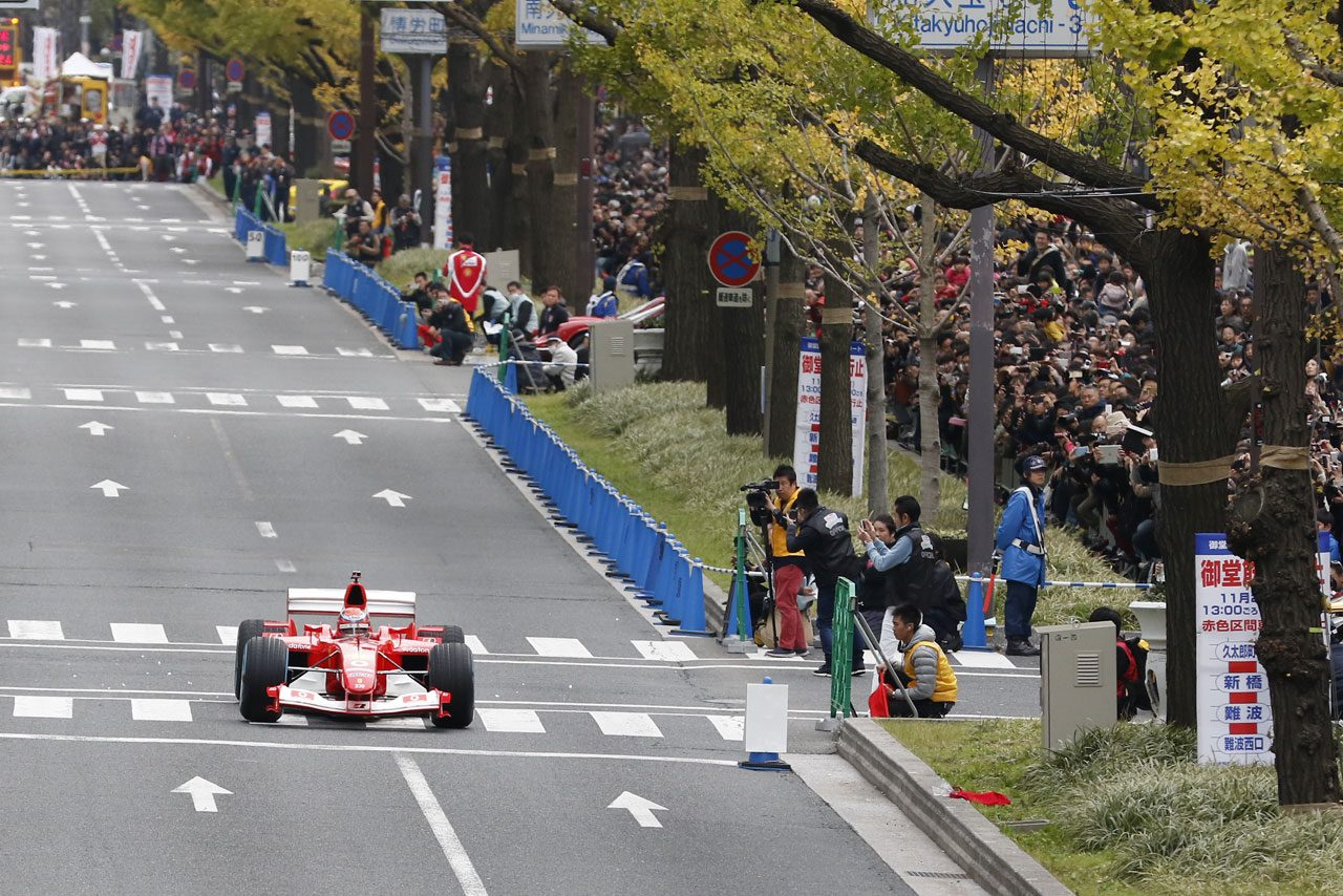 大阪の御堂筋で中野氏がフェラーリF1をドライブ(1)