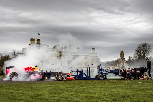 【動画】F1マシンとラグビーチームがスクラム勝負(1)