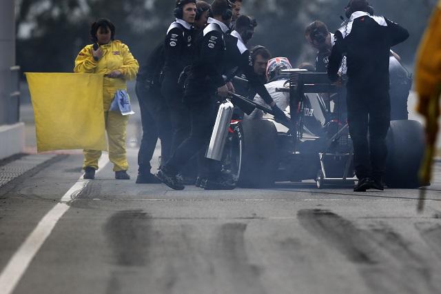 マクラーレン「小さな出火。ドライバーも車も無事」(1)