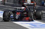 F1   マクラーレン「パーツ完成遅れ実戦仕様走れず」