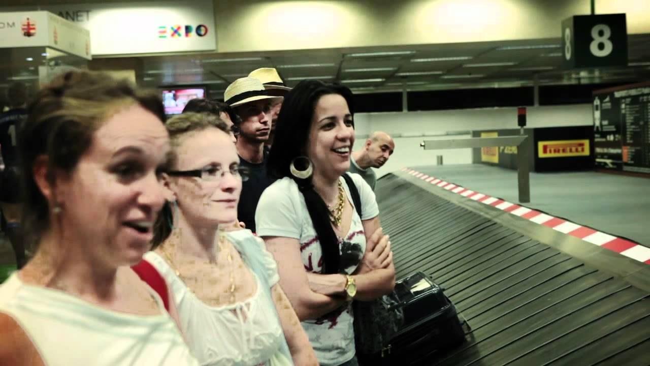 【動画】空港の荷物がF1マシンに早変わり!