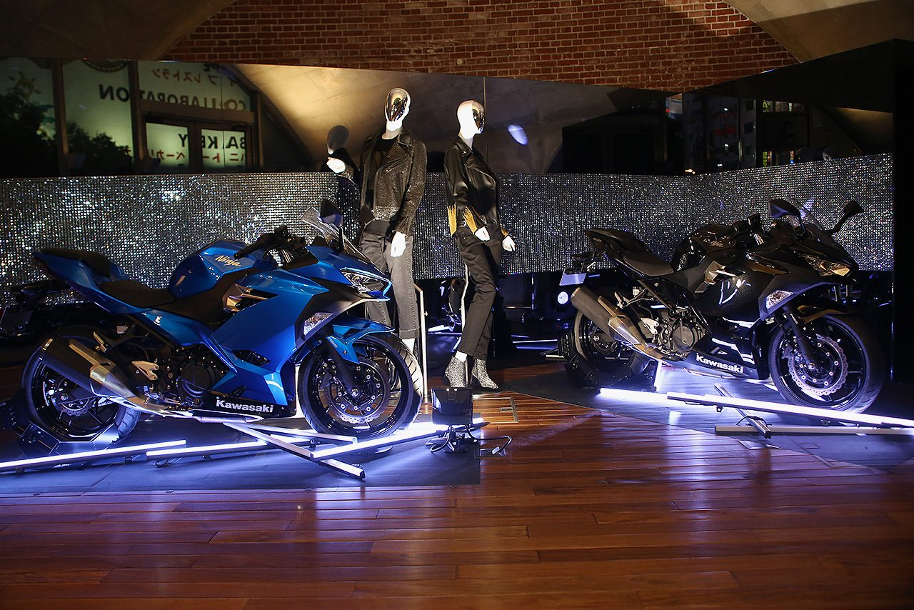 『ブラック・エレガンス』がコンセプトのカワサキNinja400の展示