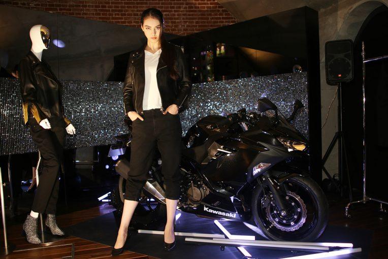 マーチエキュート神田万世橋内のカワサキショールームで女性に向けたモーターサイクルライフを提案する展示が行われる