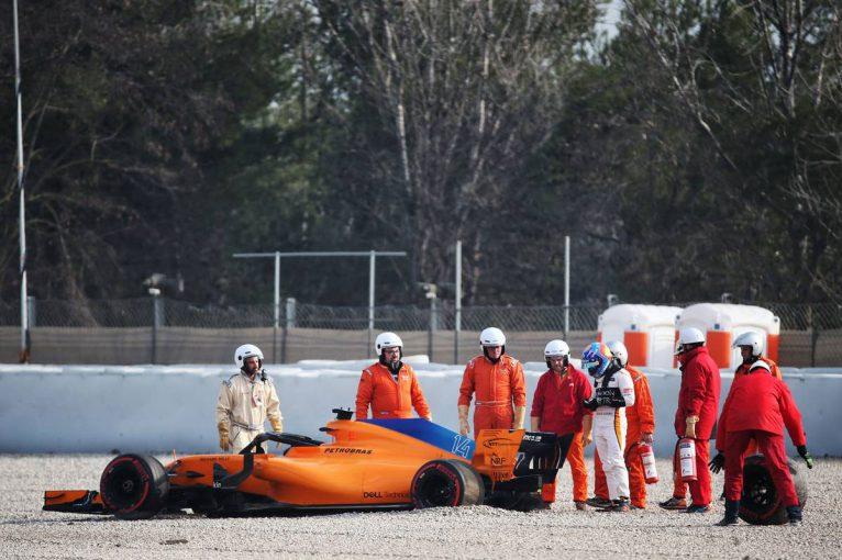 F1   【F1ギャラリー】マクラーレン、アロンソが初日からクラッシュ。テスト1日目にまさかのタイヤ脱輪