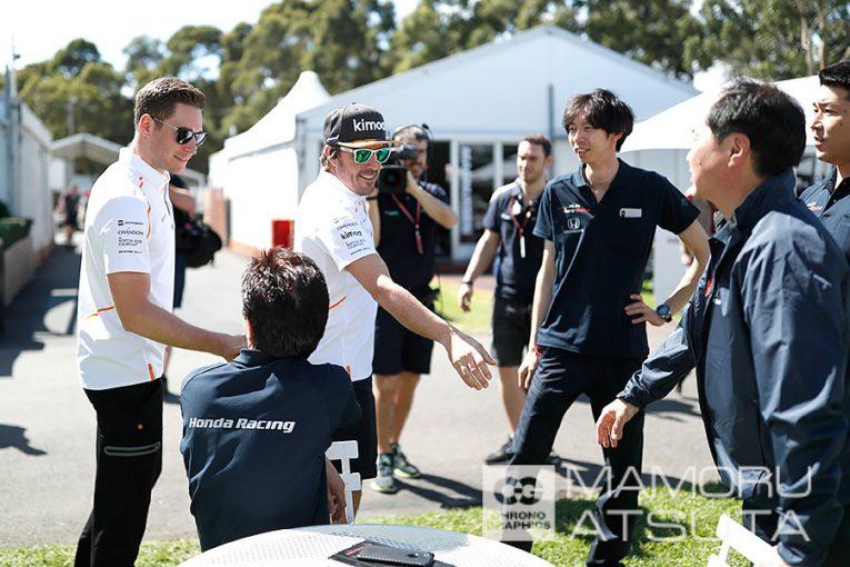 F1   【ブログ】Shots!──「ガンバって!」とホンダスタッフをねぎらうアロンソ/F1オーストラリアGP