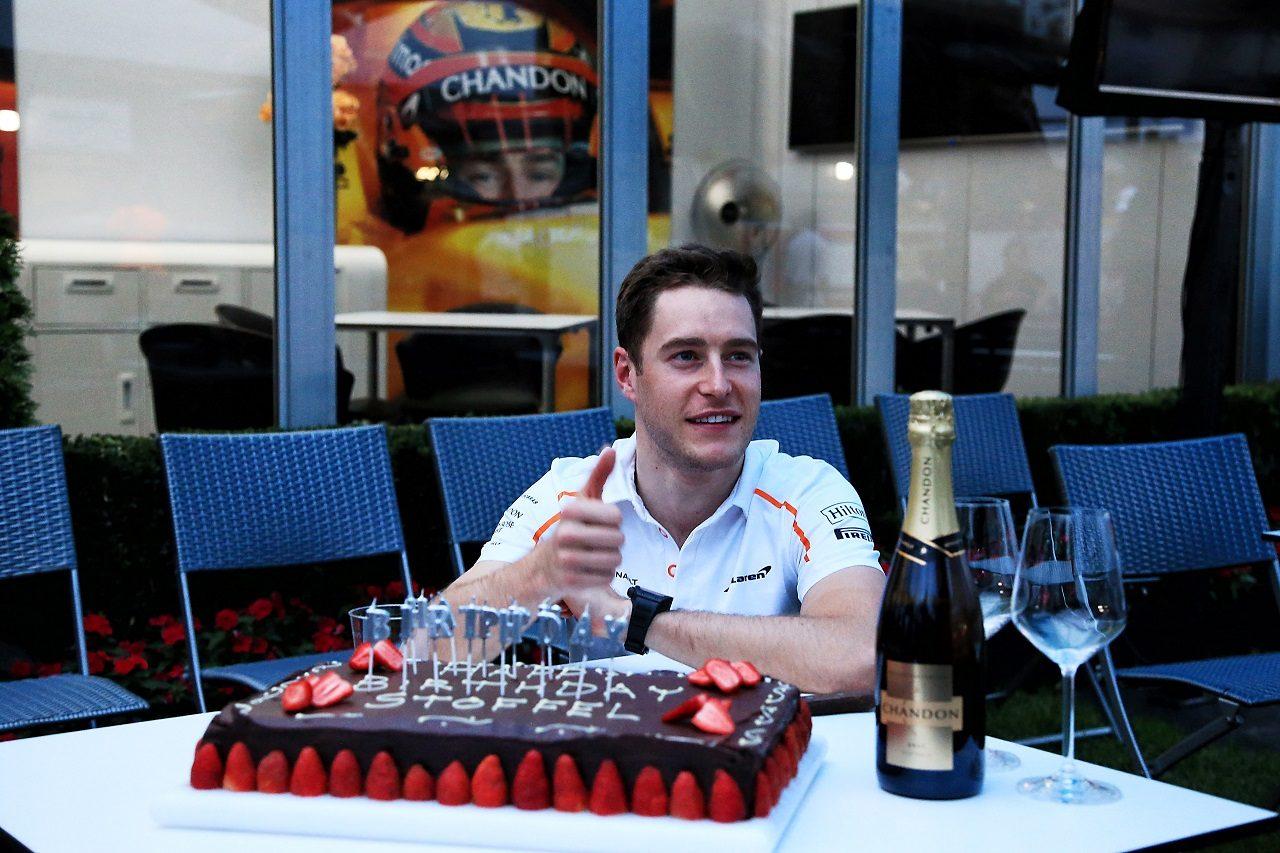 2018年F1第1戦オーストラリアGP マクラーレンがストフェル・バンドーンの誕生日を祝う