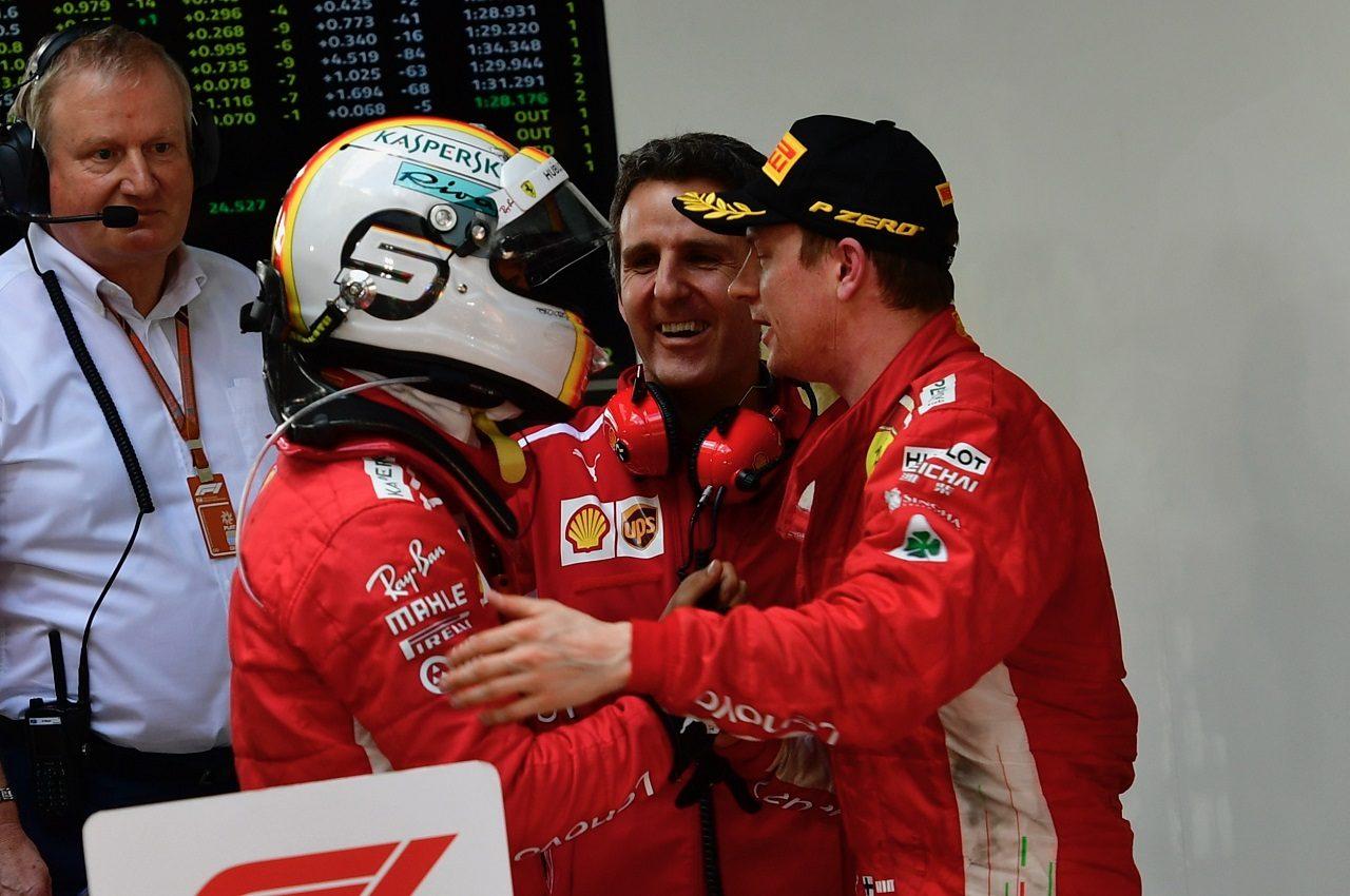 2018年F1第1戦オーストラリアGP 優勝したセバスチャン・ベッテル(フェラーリ)を祝福するキミ・ライコネン(フェラーリ)