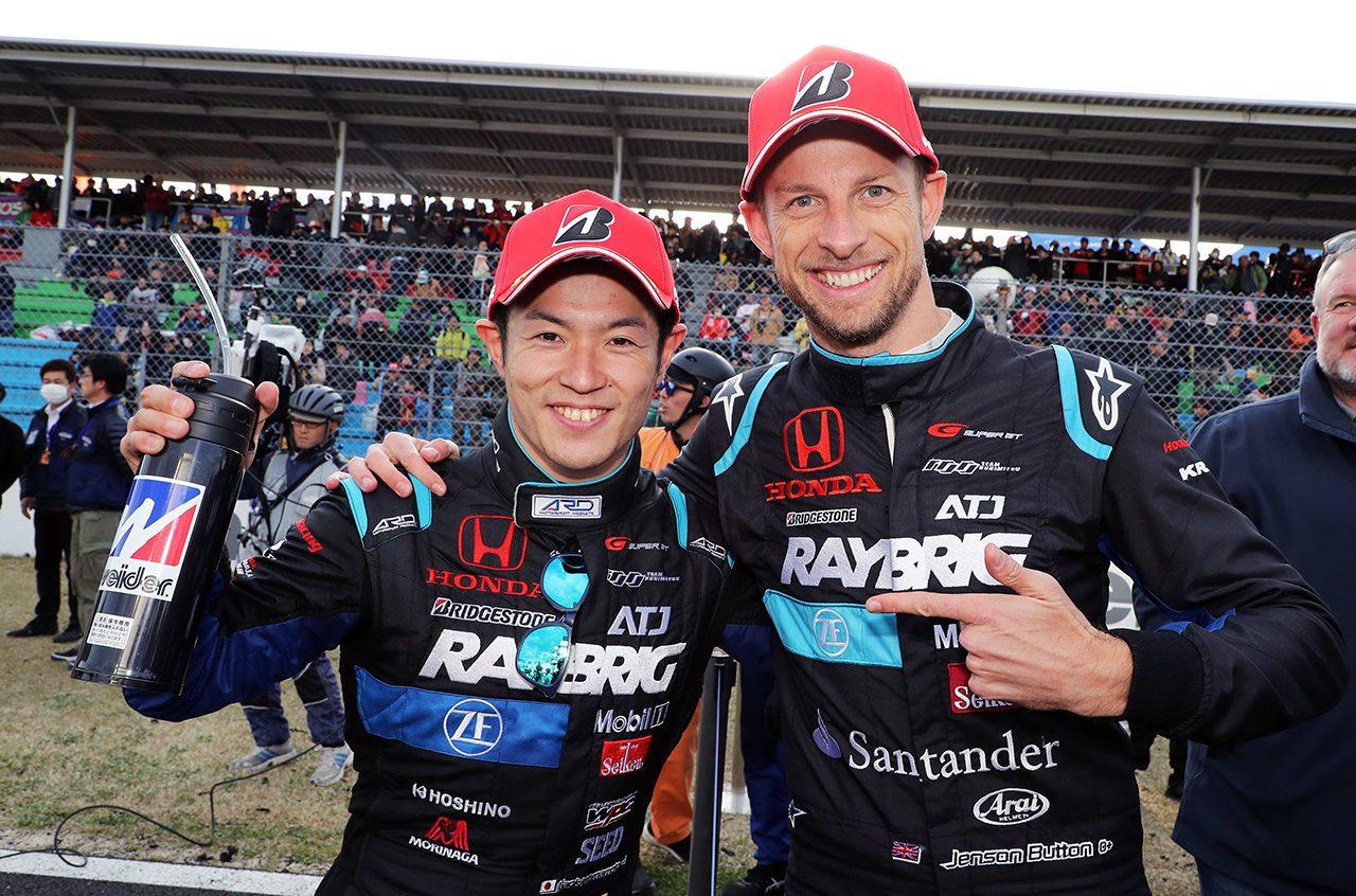 2018年スーパーGT開幕戦の岡山で2位表彰台を獲得したRAYBRIG NSX-GTの山本尚貴とジェンソン・バトン