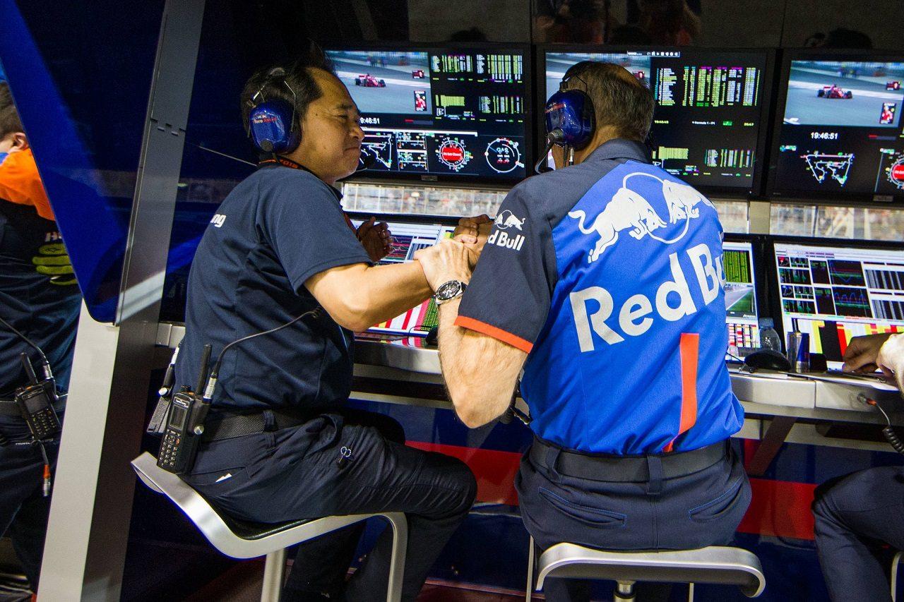 2018年F1第2戦バーレーンGP ホンダF1テクニカルディレクター田辺豊治氏とチーム代表フランツ・トストが喜びを分かち合う