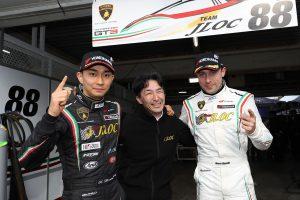 スーパーGT第1戦岡山でGT300クラスポールポジションを獲得したマルコ・マペッリ(右)