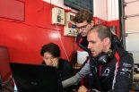 現在、ディルマン(中央)はモトパークのドライビング・コーチに従事。佐藤万璃音(左)にもアドバイスを行っている