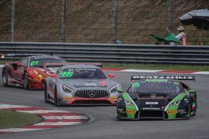 レース1終盤、19号車ランボルギーニ・ウラカンGT3は999号車メルセデスAMG GT3に猛追された