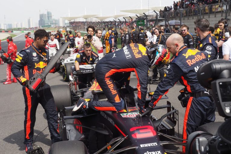 F1 | 【ブログ】ハロ付きコクピットからの降り方は人それぞれ/F1中国GP現地情報2回目