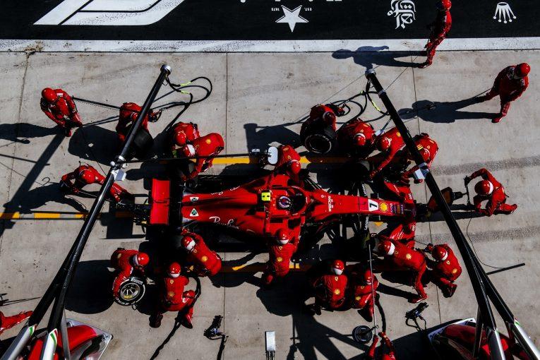 F1   ハッキネンがフェラーリを批判「正しい戦略で走っていれば、ライコネンは優勝していたはず」