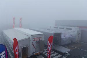 パドック側は富士山はもちろん、レストランORIZURUも霧で見えなくなってしまった